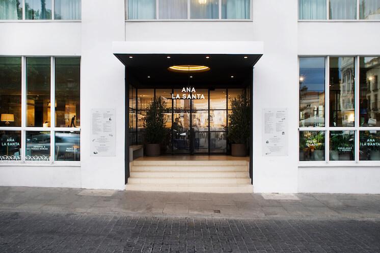 Est-Magazine-Ana-la-Santa-Madrid-Me-Hotel-exterior-Meritxell-Arjalaguer
