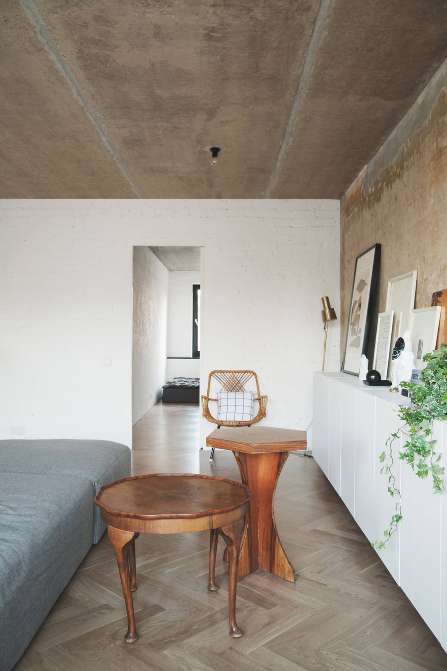 est-living-concrete-ceiling-apartment-crosby-studios.05