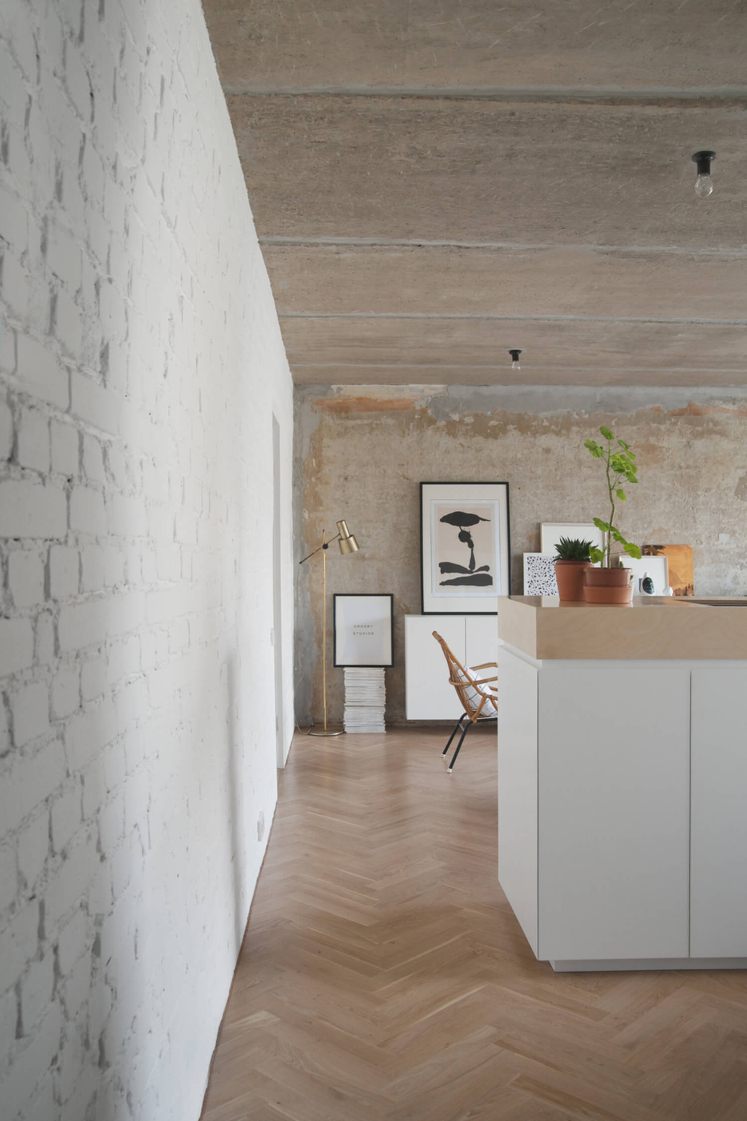 est-living-concrete-ceiling-apartment-crosby-studios.07