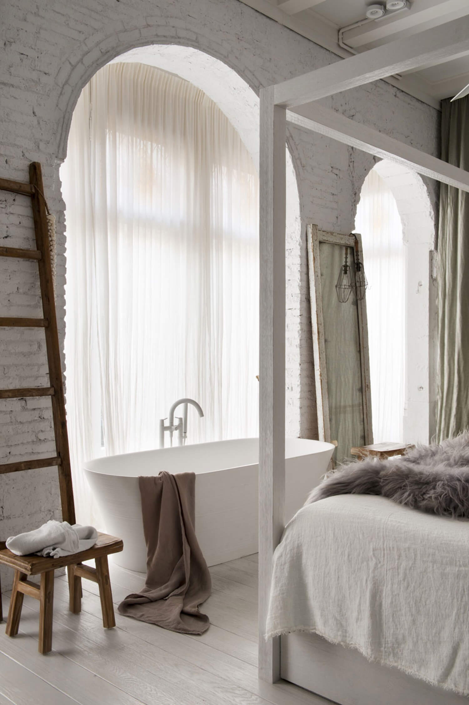 est-living-barcelona-loft-serrat-tort-architects-bedroom-bath