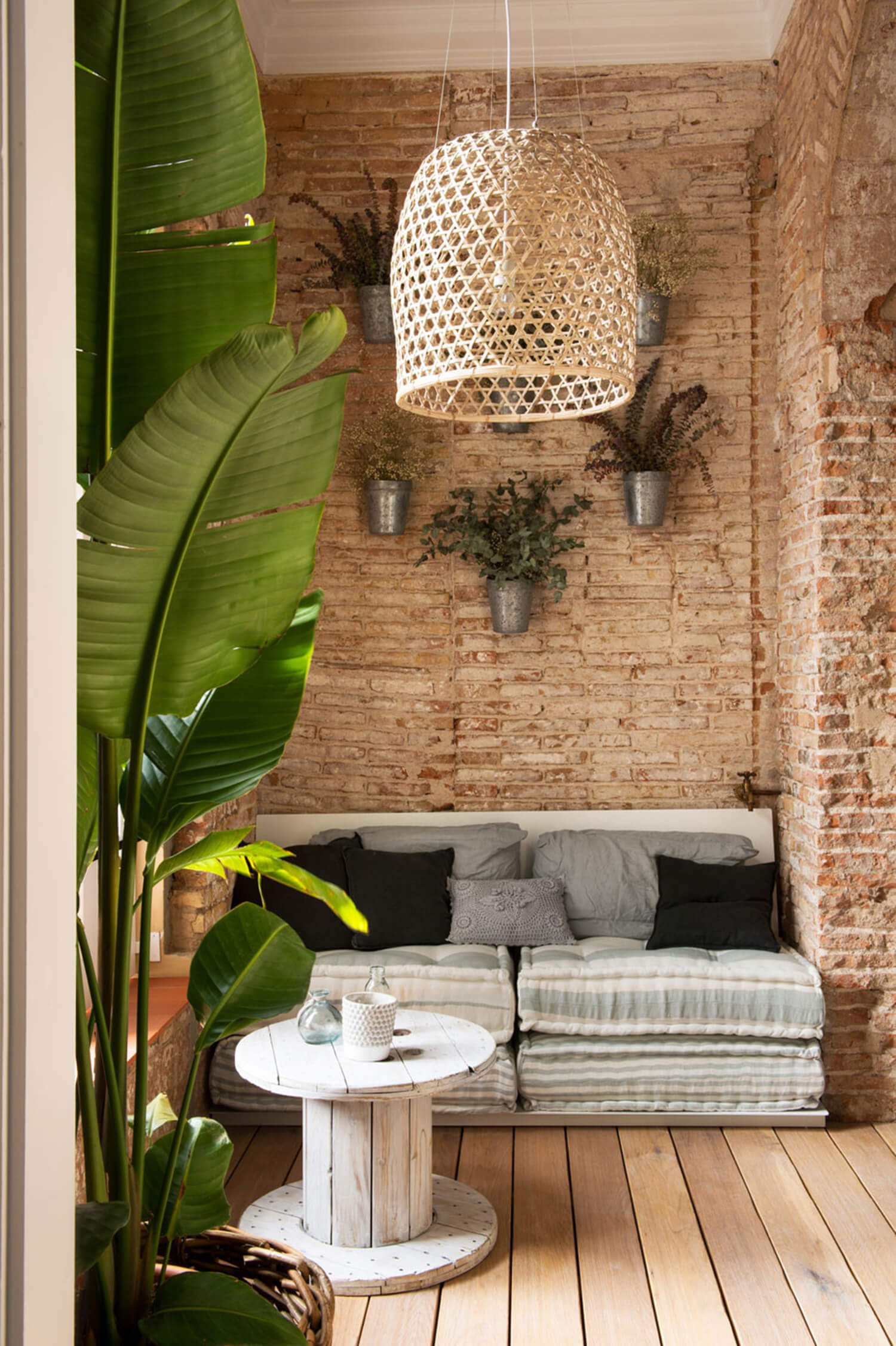 est-living-barcelona-loft-serrat-tort-architects-brick-walls