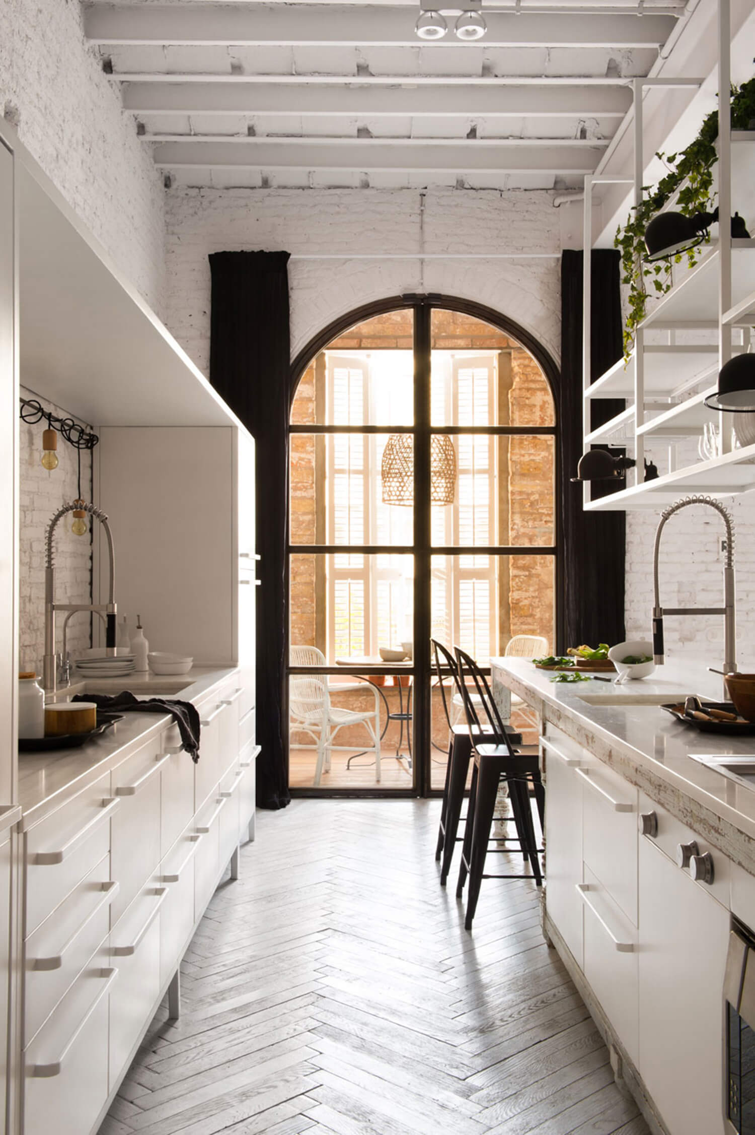 est-living-barcelona-loft-serrat-tort-architects-kitchen