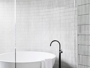 Bathroom: MLB Residence by Mim Design and AdeB Architects