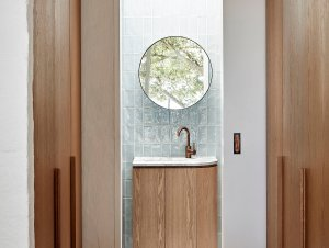 Bathroom: Portsea Beach House by Studio Esteta